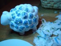 keramieken schaap (Jori Hobby) beplakt met bloemetjes uit servet